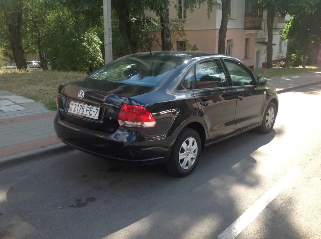 VW Polo черный, вид сзади