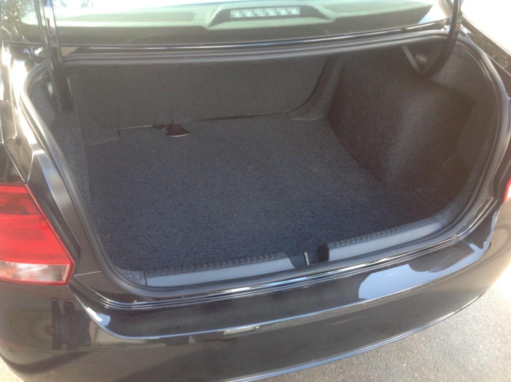 VW Polo черный, багажник