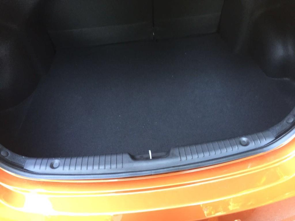 Hyandai Solaris абрикосовый, багажник
